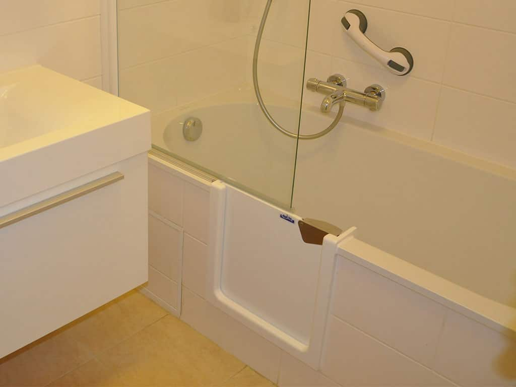 2014 bruxelles baignoire avec cran de bain hyseco belgique. Black Bedroom Furniture Sets. Home Design Ideas