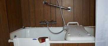 adaptation de la salle de bain pour personnes âgées et à mobilité réduite, handicapées